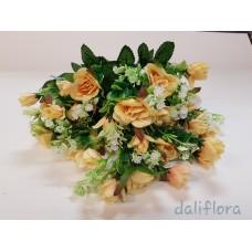Dirbtinių rožių puokštė. Žiedų spalva kreminė