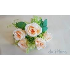 Dirbtinių rožių puokštė. Spalva kreminė