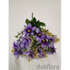 Dirbtinių gėlių puokštė. Spalva violetinė